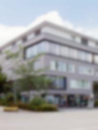Die Außenansicht des Ärztezentrums Kirchheim in dem sich die MVZ Kirchheim GmbH befindet